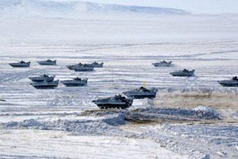 哈萨克斯坦军演出动1500辆战车