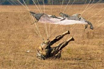 美军精锐空降旅跳伞落地时栽了
