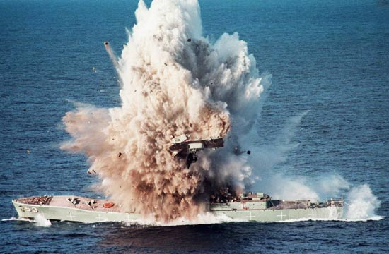 实拍3千吨护卫舰被鱼雷炸沉