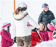 费德勒娇妻带双胞胎女儿滑雪