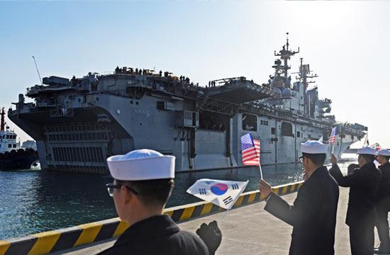 美军两栖攻击舰到访韩国釜山