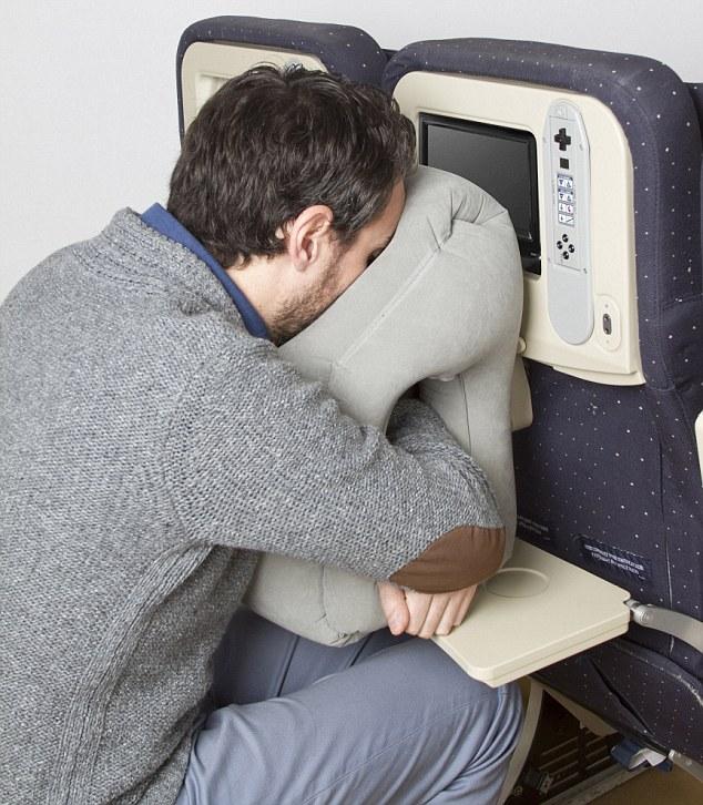 法父女俩设计便携式充气枕头