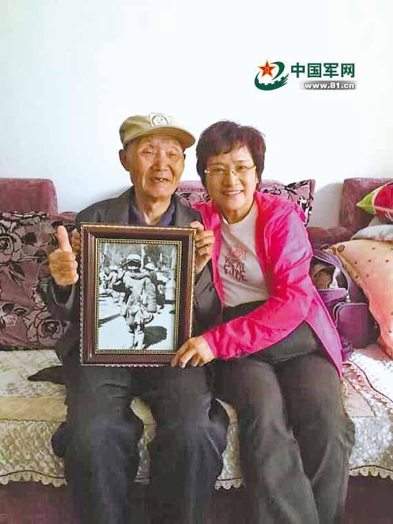 """中国远征军老兵相互在衣服盖印以示""""我还活着"""""""