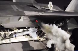 美军F-22五代机启动时喷出一股浓烟