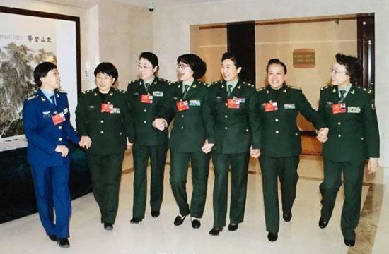 军队女代表在两会尽显巾帼风采