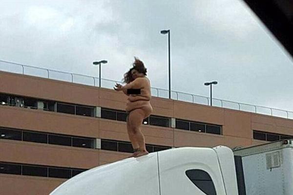 美女子撞车后裸体站汽车顶部跳舞致交通堵塞