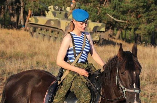 俄军女空降兵有颜值也有战力
