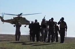 米35武直超低空飞过向地面战友致意