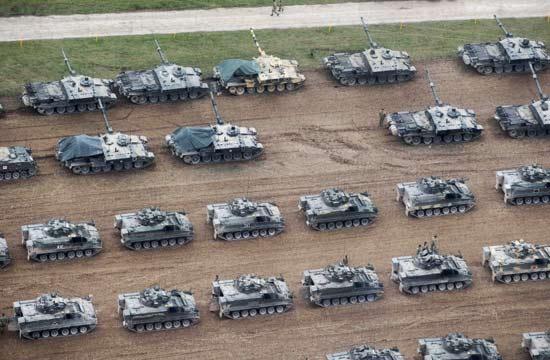 英军上千辆战车集结准备演习