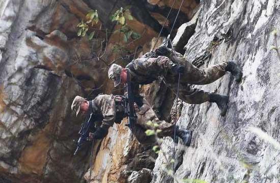 解放军侦察兵峭壁吊索极限训练
