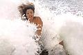 女子被海浪击中遭疯传