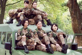 靓丽女兵们勇士车顶上摆POSE