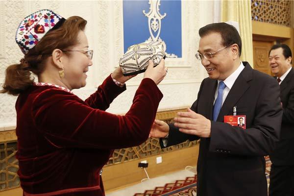 李克强来到新疆团:我要和每位代表握握手