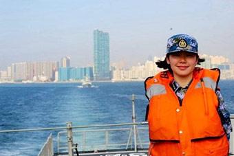 驻港部队女兵随056舰出海