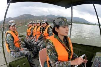 舟桥部队女兵开船架桥样样在行