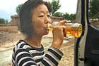 女子十年喝下成吨汽油