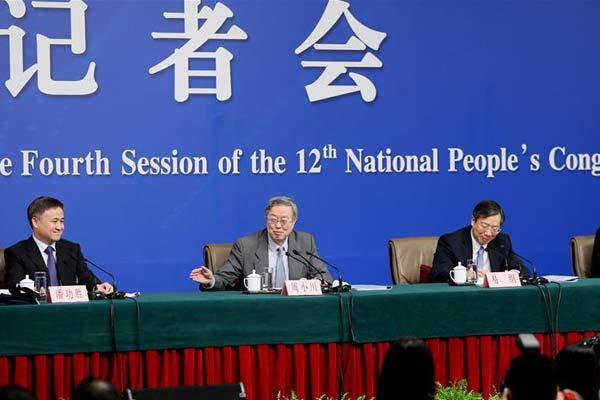 """中国人民银行行长周小川等就""""金融改革与发展""""答记者问"""
