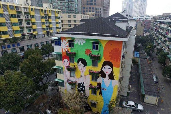 杭州老房子变身花园洋楼 彩绘美女画上墙