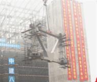 """800吨""""超级钢铁侠""""助力万达城滑雪乐园建设"""