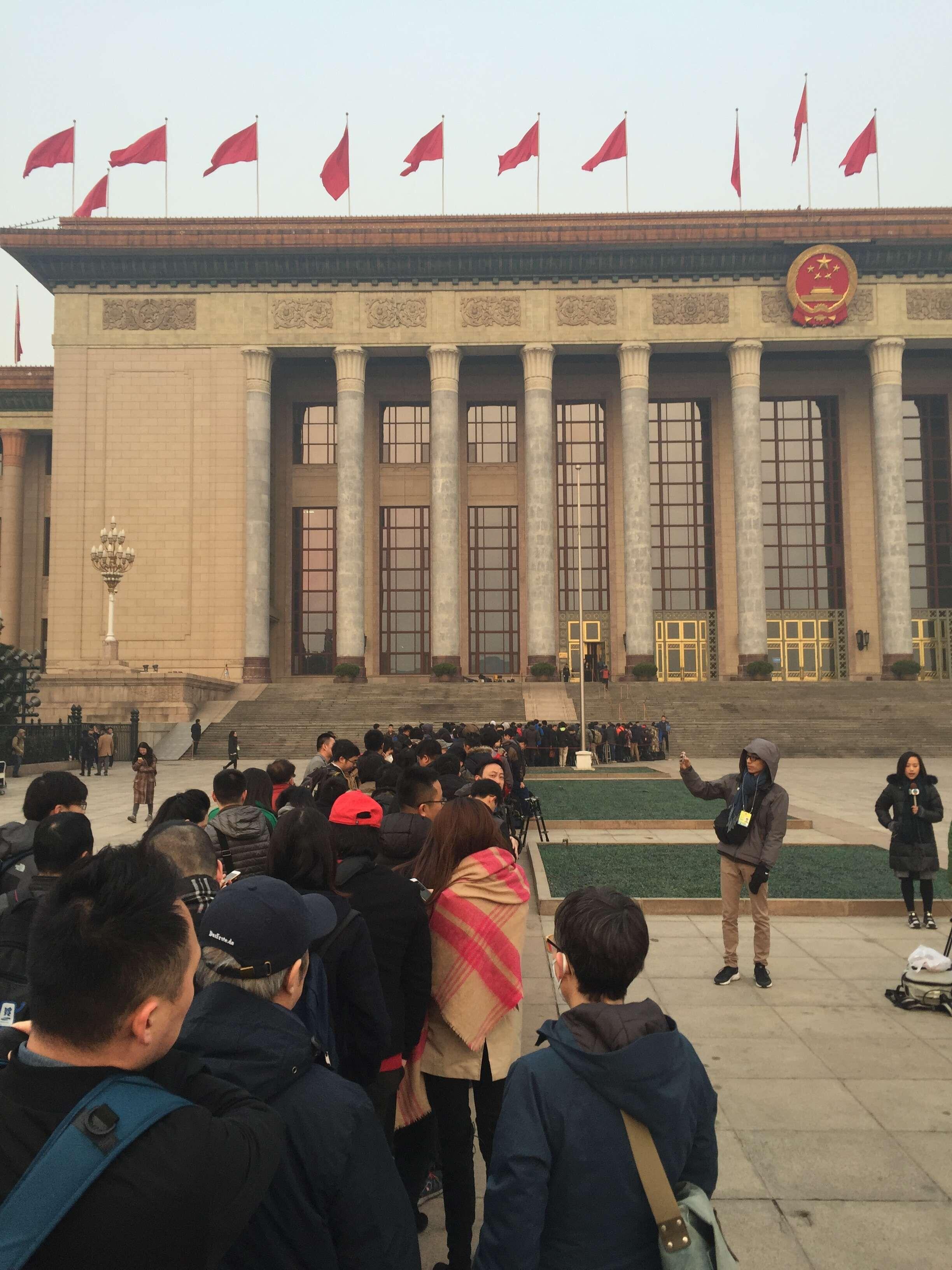 李克强总理将回答记者提问 中外记者昨夜开始排队