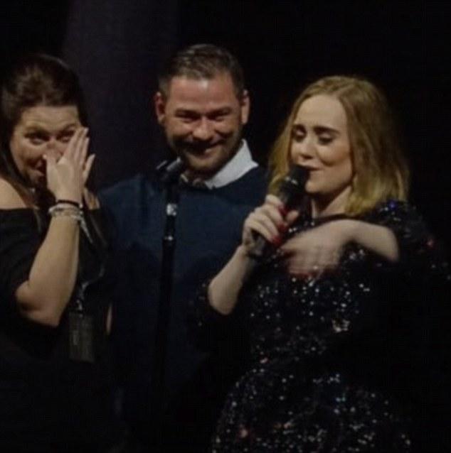 阿黛尔演唱会现场为求婚粉丝送祝福