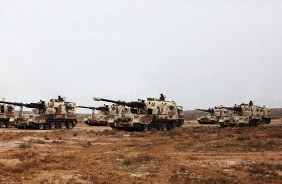 解放军自行火炮换用荒漠迷彩