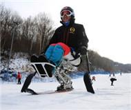 """雪场""""刀锋""""战士张东荣 下肢瘫痪仍坚持滑雪"""