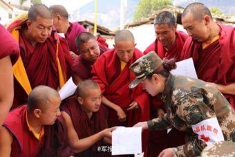 武警医疗女兵到藏传寺庙巡诊