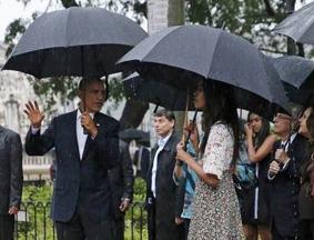 奥巴马携家人冒雨参观古巴哈瓦那老城