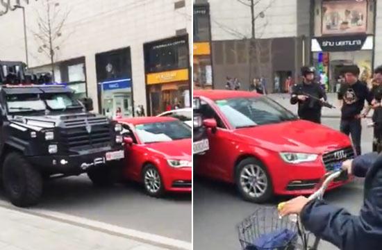 奥迪与特警防暴车在街头相撞