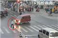 女孩被卷入车底 路人合力抬车施救全程只花48秒