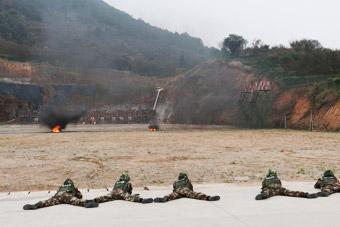 武警战士模拟实战隔着烟雾打靶