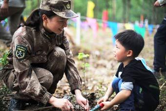 驻港女兵与香港儿童一起植树