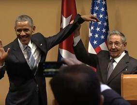奥巴马欲与卡斯特罗握手 遭遇尴尬一幕