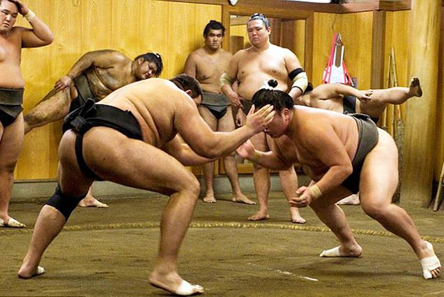 实拍日本相扑手日常训练 揭其神秘面纱