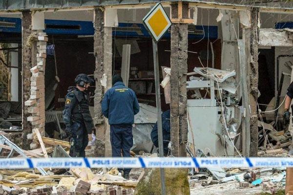 窃贼用炸药炸毁ATM机偷钱 现金也难幸免