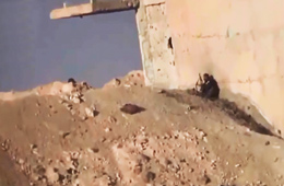 叙政府军与武装分子隔着土坡互扔手雷