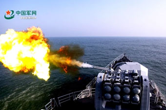 东海舰队战舰主炮对海喷出火舌