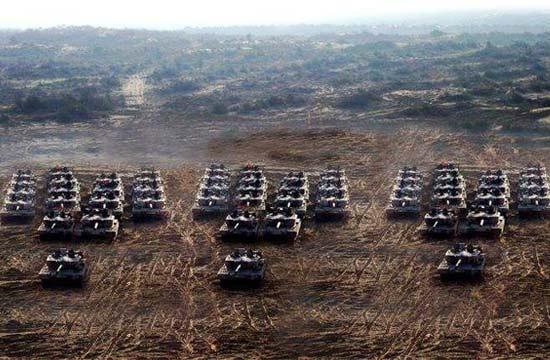 印度阿琼主战坦克秀集群摆拍