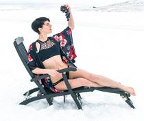 澳洲女子身着比基尼 玩雪地日光浴