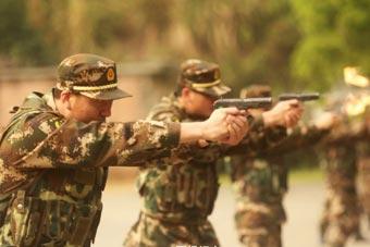 广东边防机关干部上班先比枪法