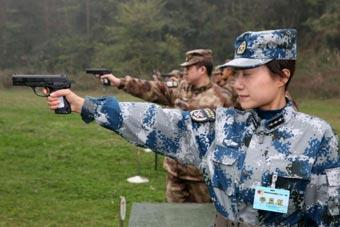 西部战区女军官打靶姿势帅气