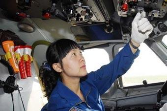 驾驶空军最大运输机的女飞行员
