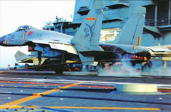 歼15在航母上着舰瞬间画面曝光