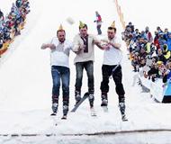 冰池跳水节 选手搞怪滑雪跳进水中