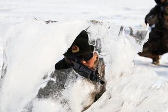 """""""北极""""哨兵演习用冰块做掩体"""