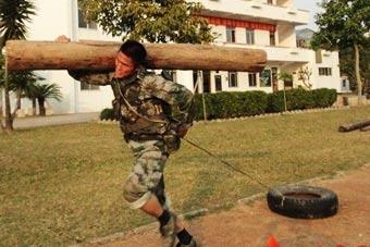 解放军特种兵同时扛圆木拖轮胎