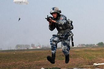 解放军空降兵一落地就端枪上阵