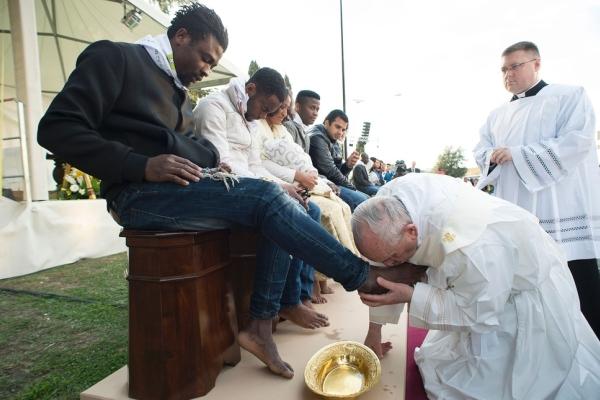 教皇方济各走访难民营 为难民洗脚并亲吻脚背