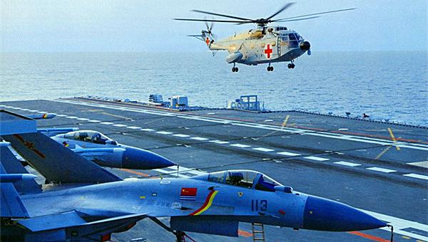战场救护直升机降落辽宁号航母